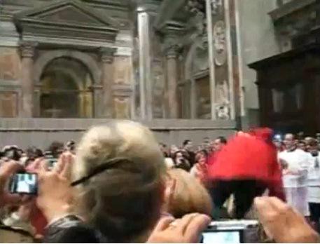 papa benedetto caduto in san pietro Il video della caduta di Papa Benedetto XVI a San Pietro durante la Messa di Natale.