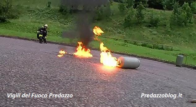 bombola fuochi 300x163 boil over e spegnimento bombola del gas video by vigili del fuoco predazzo