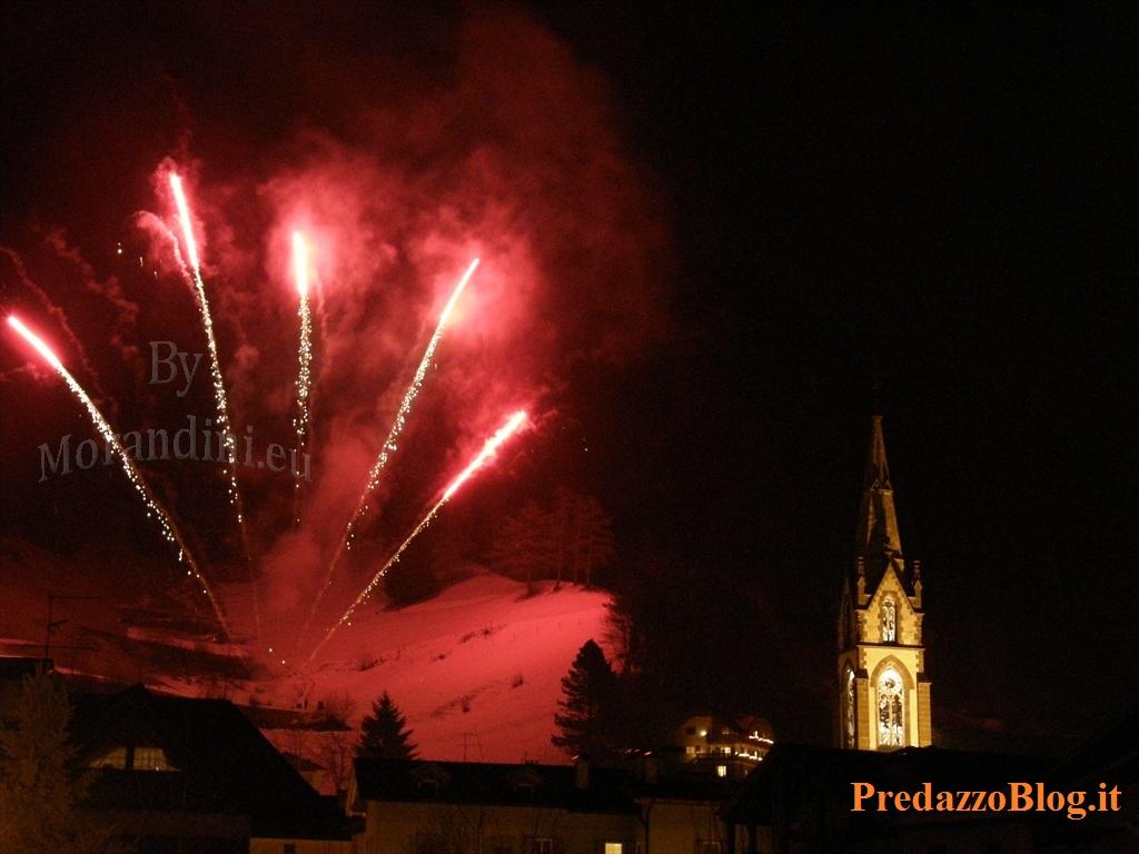 predazzo campanile fuochi artificio ph mauro morandini predazzo blog Predazzo, avvisi della Parrocchia dal 1 al 7 gennaio e movimento demografico 2011