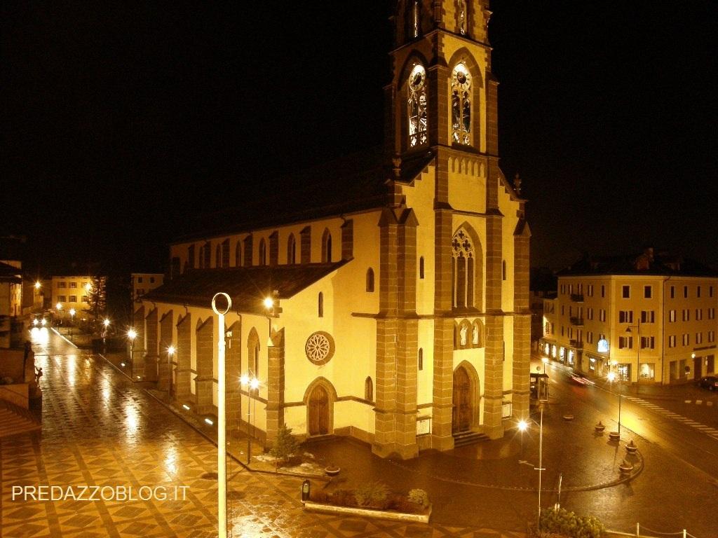 predazzo piazza con chiesa notturna ph mauro morandini predazzo blog it Predazzo, avvisi della Parrocchia  25 marzo – 1 aprile