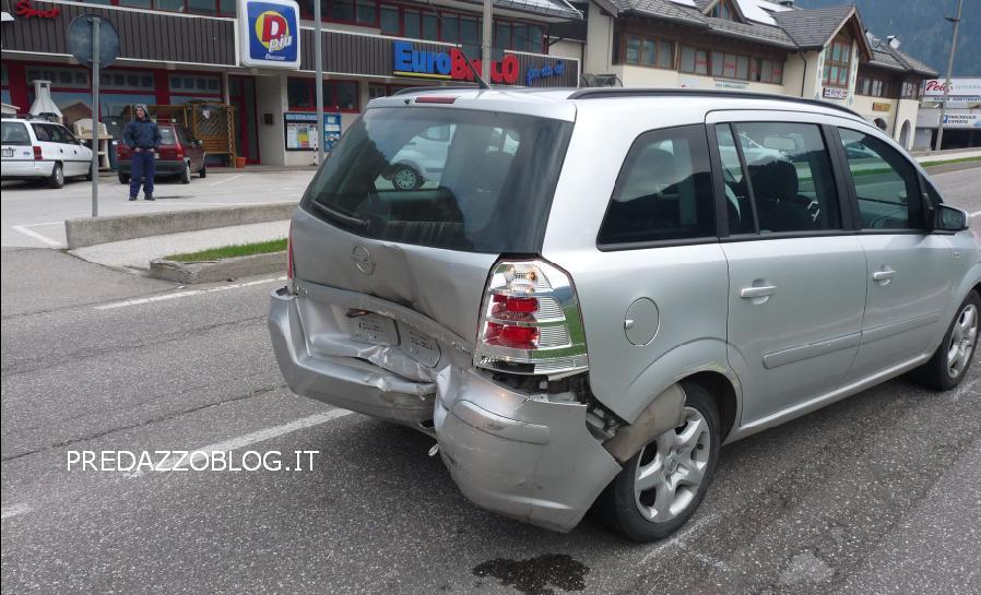 incidente predazzo macchina tamponata predazzoblog Predazzo, incidente stradale allingresso del paese