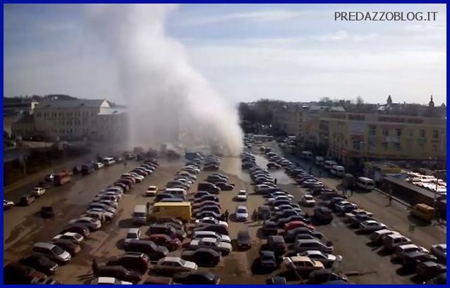 Russia, gayser esplode nel centro città di Smolensk