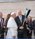 papa francesco fiaccola universiadi 2013 genziana delle alpi predazzoblog2