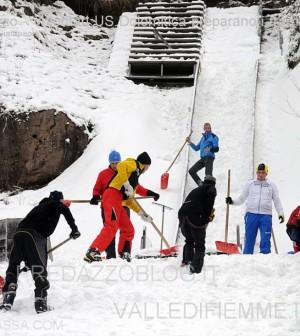 trampolini di predazzo preparazione pista volontari us dolomitica 30.11.13 ph elvis predazzoblog5