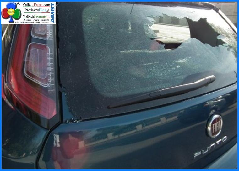 auto rotta a bastonate Denunciato diciannovenne per danneggiamento auto