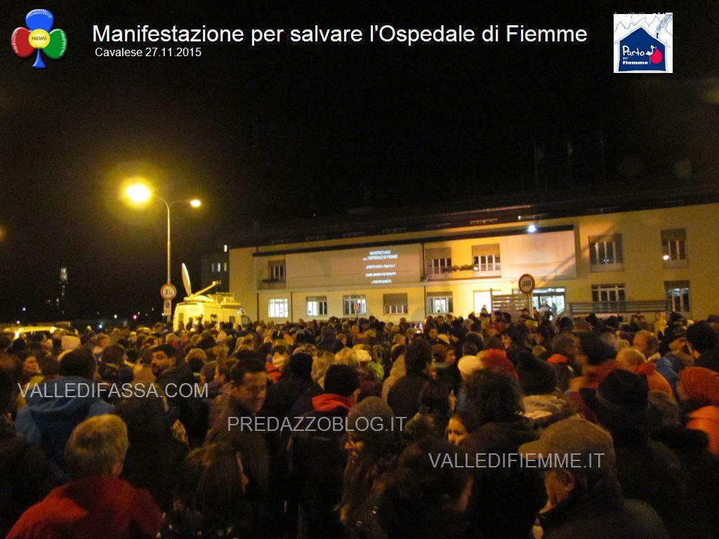 manifestazione ospedale fiemme 27.11.05 cavalese1 Luca Zeni rassicura gli amministratori di Fiemme