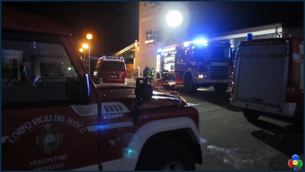 vigili del fuoco predazzo 1024x579 Vigili del Fuoco in azione nella notte alla Segheria Dellantonio