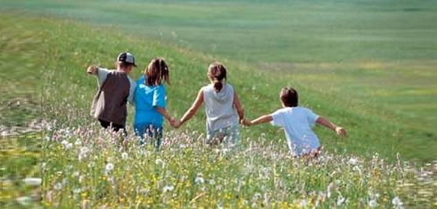 bimbi nel prato Scuola: La Settimana Corta e lillusione del tempo libero per e con i figli