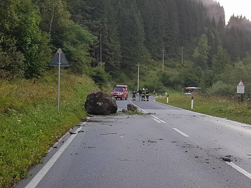 frana ss 48 a forno 6.8.17c Chiusa la SS 48 per caduta massi tra Forno e Mezzavalle