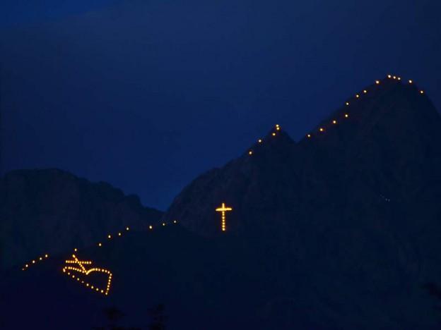 fuochi del sacro cuore trentino Predazzo, il Sacro Cuore di Gesù luminoso sul Monte Feudo