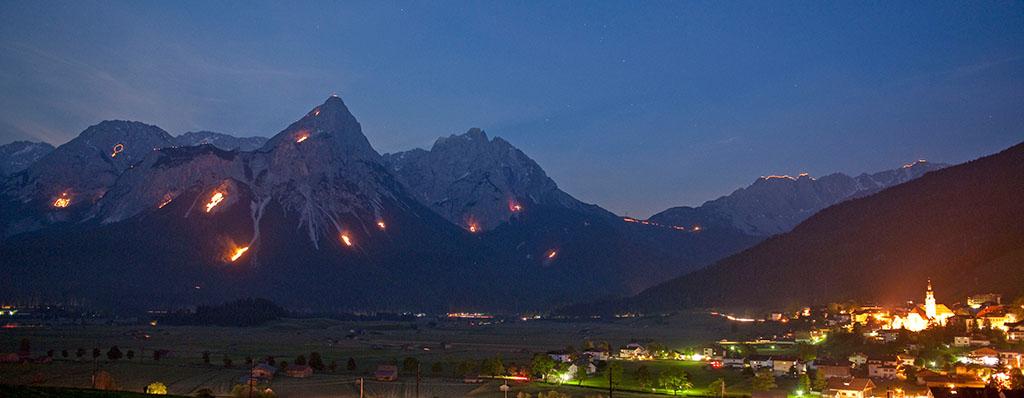fuochi sacro cuore alto adige Predazzo, il Sacro Cuore di Gesù luminoso sul Monte Feudo
