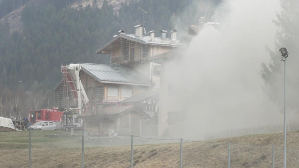 incendio ziano di fiemme 1024x575 Incendio nel pomeriggio a Ziano di Fiemme   Video